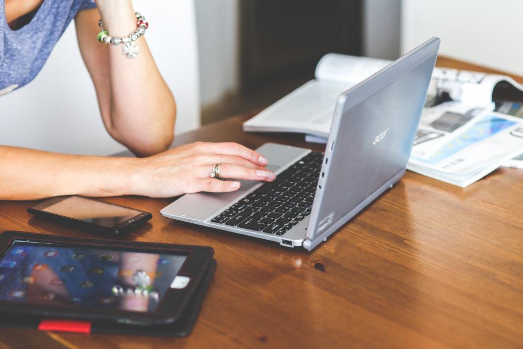 Bewerbungs-Coaching Frau an Laptop