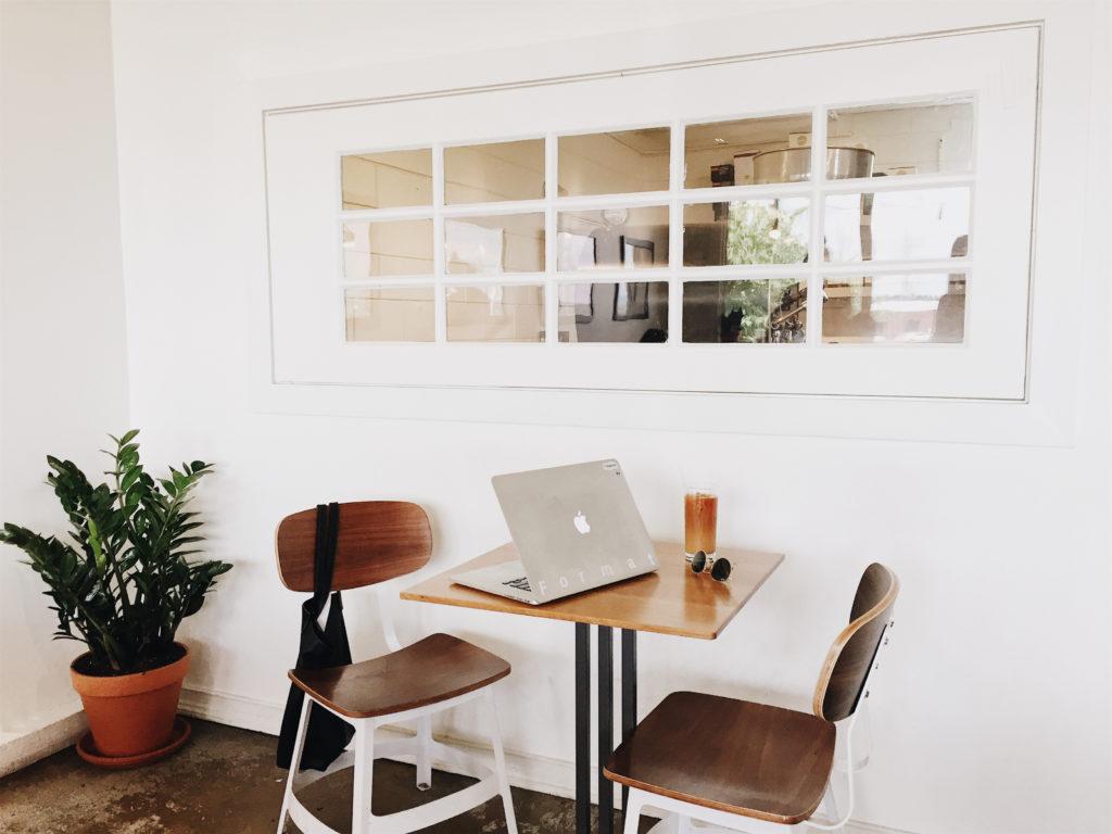 Tisch mit zwei Stühlen und Laptop